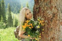 Κορίτσι με τα λουλούδια Στοκ φωτογραφίες με δικαίωμα ελεύθερης χρήσης