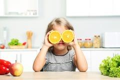 Κορίτσι με τα πορτοκάλια Στοκ εικόνα με δικαίωμα ελεύθερης χρήσης