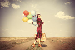 Κορίτσι με τα πολύχρωμες μπαλόνια και την τσάντα Στοκ Εικόνες