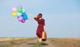 Κορίτσι με τα πολύχρωμες μπαλόνια και την τσάντα Στοκ φωτογραφία με δικαίωμα ελεύθερης χρήσης