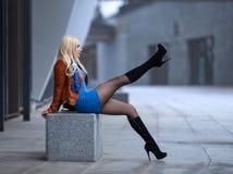 Κορίτσι με τα τέλεια πόδια στο pantyhose στο τετράγωνο πόλεων στοκ φωτογραφία με δικαίωμα ελεύθερης χρήσης