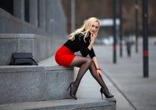 Κορίτσι με τα τέλεια πόδια στο pantyhose στο τετράγωνο πόλεων στοκ εικόνες