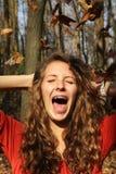 Κορίτσι με τα φύλλα Στοκ Φωτογραφίες