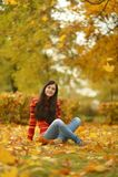 Κορίτσι με τα φύλλα Στοκ φωτογραφία με δικαίωμα ελεύθερης χρήσης