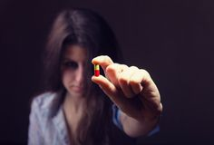 Κορίτσι με τα χάπια στοκ εικόνα με δικαίωμα ελεύθερης χρήσης