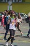 Κορίτσι με τα χέρια γκουας Το φεστιβάλ των χρωμάτων Holi Cheboksary, Chuvash Δημοκρατία, Ρωσία 05/28/2016 Στοκ εικόνες με δικαίωμα ελεύθερης χρήσης