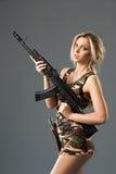 Κορίτσι με τα όπλα στοκ φωτογραφία