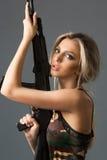 Κορίτσι με τα όπλα στοκ φωτογραφίες με δικαίωμα ελεύθερης χρήσης
