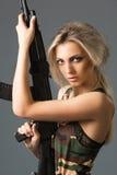 Κορίτσι με τα όπλα στοκ εικόνες με δικαίωμα ελεύθερης χρήσης