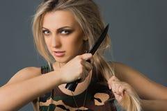 Κορίτσι με τα όπλα στοκ φωτογραφία με δικαίωμα ελεύθερης χρήσης