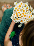 Κορίτσι με τα chamomiles Στοκ Εικόνες