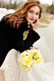 Κορίτσι με τα daffodils στοκ εικόνες με δικαίωμα ελεύθερης χρήσης