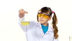 Κορίτσι με τα ponytails ομοιόμορφος και προστατευτικός φιλμ μικρού μήκους