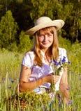 Κορίτσι με τα wildflowers Στοκ εικόνα με δικαίωμα ελεύθερης χρήσης