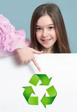 Κορίτσι με την ανακύκλωση εμβλημάτων Στοκ Εικόνες