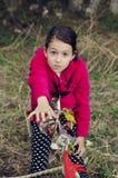 Κορίτσι με την αναρρίχηση της βοήθειας αναγκών εξοπλισμού Αθλητισμός και δραστηριότητα ριψοκινδυνεμμένο στοκ εικόνες