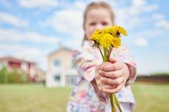 Κορίτσι με την ανθοδέσμη των πικραλίδων στοκ εικόνα με δικαίωμα ελεύθερης χρήσης