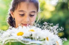 Κορίτσι με την ανθοδέσμη των μαργαριτών Στοκ εικόνες με δικαίωμα ελεύθερης χρήσης