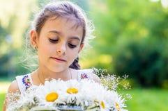 Κορίτσι με την ανθοδέσμη των μαργαριτών Στοκ Φωτογραφίες