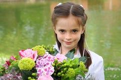 Κορίτσι με την ανθοδέσμη των λουλουδιών Στοκ εικόνες με δικαίωμα ελεύθερης χρήσης