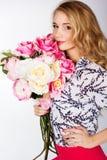 Κορίτσι με την ανθοδέσμη των τριαντάφυλλων Στοκ εικόνα με δικαίωμα ελεύθερης χρήσης