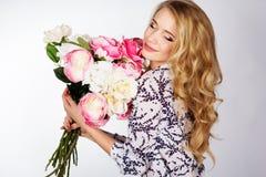Κορίτσι με την ανθοδέσμη των τριαντάφυλλων Στοκ φωτογραφία με δικαίωμα ελεύθερης χρήσης