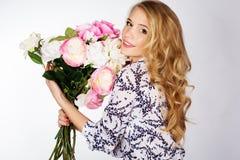Κορίτσι με την ανθοδέσμη των τριαντάφυλλων Στοκ Εικόνες
