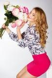 Κορίτσι με την ανθοδέσμη των τριαντάφυλλων Στοκ Φωτογραφία