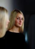 Κορίτσι με την αντανάκλαση Στοκ φωτογραφία με δικαίωμα ελεύθερης χρήσης