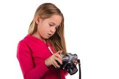 Κορίτσι με την εκλεκτής ποιότητας κάμερα που απομονώνεται στο λευκό Στοκ Φωτογραφία