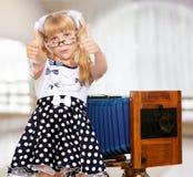 Κορίτσι με την εκλεκτής ποιότητας κάμερα Στοκ φωτογραφίες με δικαίωμα ελεύθερης χρήσης