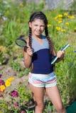 Κορίτσι με την ενίσχυση - γυαλί και βιβλίο Στοκ Εικόνες