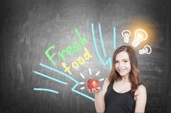 Κορίτσι με την ιδέα μήλων και τροφίμων, πίνακας Στοκ Εικόνες