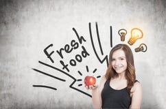 Κορίτσι με την ιδέα μήλων και τροφίμων, συγκεκριμένη Στοκ Φωτογραφίες