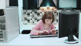 Κορίτσι με την κάτω συνεδρίαση συνδρόμου σε έναν υπολογιστή στο σπίτι και το κείμενο δακτυλογράφησης 21 Μαρτίου 2017 κόσμος κάτω  απόθεμα βίντεο