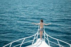Κορίτσι με την καλή παραμονή σωμάτων στο rostrum στην ανοικτή θάλασσα Στοκ εικόνα με δικαίωμα ελεύθερης χρήσης