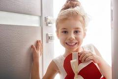Κορίτσι με την κόκκινη καρδιά Στοκ φωτογραφίες με δικαίωμα ελεύθερης χρήσης