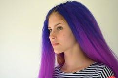Κορίτσι με την μπλε πορφυρή τρίχα Τεχνική κονδυλώδους τρόπου επεκτάσεων τρίχας kanekalon Στοκ Εικόνες