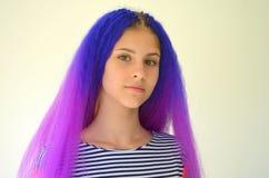 Κορίτσι με την μπλε πορφυρή τρίχα Τεχνική κονδυλώδους τρόπου επεκτάσεων τρίχας kanekalon Στοκ Φωτογραφίες