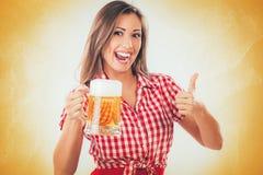 Κορίτσι με την μπύρα Στοκ Εικόνες