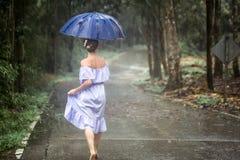 Κορίτσι με την ομπρέλα κάτω από τη βροχή Στοκ Εικόνες