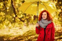 Κορίτσι με την ομπρέλα στο πάρκο Στοκ εικόνα με δικαίωμα ελεύθερης χρήσης