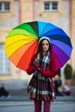 Κορίτσι με την ομπρέλα ουράνιων τόξων Στοκ εικόνα με δικαίωμα ελεύθερης χρήσης