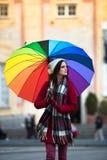 Κορίτσι με την ομπρέλα ουράνιων τόξων Στοκ Φωτογραφίες