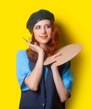 Κορίτσι με την παλέτα και τη βούρτσα Στοκ εικόνες με δικαίωμα ελεύθερης χρήσης