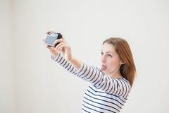 Κορίτσι με την παλαιά κάμερα Στοκ Εικόνα