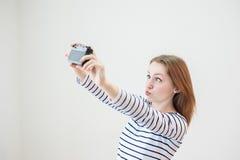 Κορίτσι με την παλαιά κάμερα Στοκ φωτογραφία με δικαίωμα ελεύθερης χρήσης