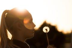 Κορίτσι με την πικραλίδα Στοκ φωτογραφία με δικαίωμα ελεύθερης χρήσης