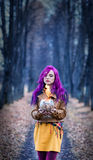 Κορίτσι με την πορφυρή τρίχα στα γοτθικά ξύλα Στοκ φωτογραφία με δικαίωμα ελεύθερης χρήσης