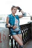 Κορίτσι με την πλήρη ένδυση προστασίας που στέκεται σε ένα ηλιόλουστο φωτεινό φως Αθλητικός τρόπος ζωής στοκ εικόνα